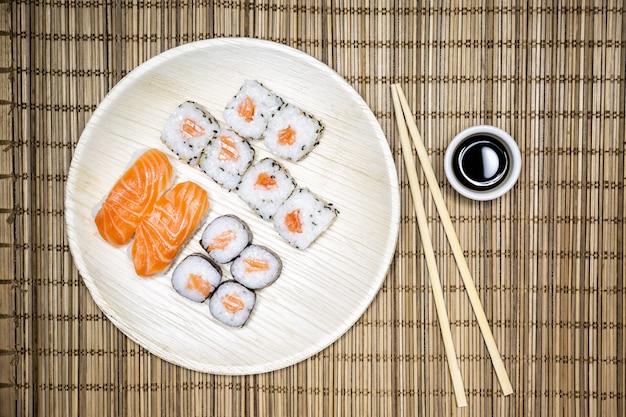 Sushi, uma comida típica japonesa preparada com uma base de arroz e vários peixes crus, como atum, salmão, camarão e pargo. Foto Premium