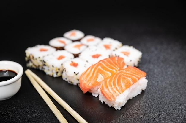 Sushi, uma comida típica japonesa preparada com uma base de arroz e vários peixes crus. Foto Premium