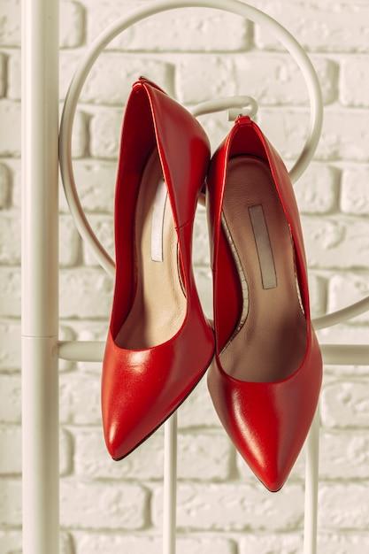 Suspensão de sapatos de mulheres vermelhas Foto Premium
