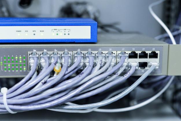 Switch de rede com cabos Foto gratuita