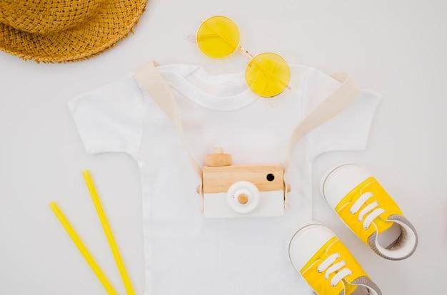 T-shirt de bebé com câmara fotográfica Foto gratuita