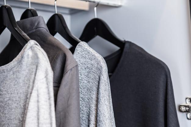 T-shirt monotone no guarda-roupa estilo de vestir casual, estilo de vida conceito de vida Foto Premium