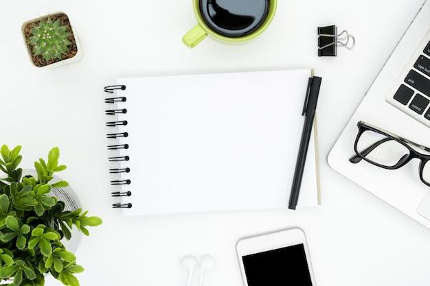 Tabela branca da mesa de escritório com a página e fontes vazias do caderno. Foto Premium