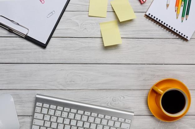 Tabela branca da mesa de escritório com café, teclado do pc de secretária e caderno. vista superior com espaço de cópia. conceito de espaço de mesa. Foto Premium