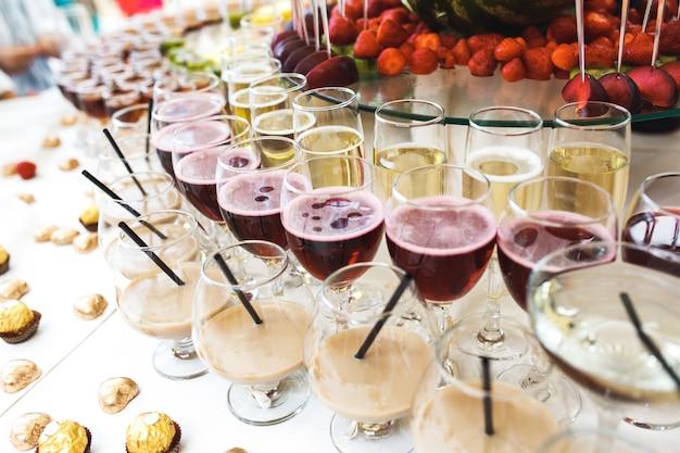 Tabela com bebidas alcoólicas e chocolates Foto gratuita
