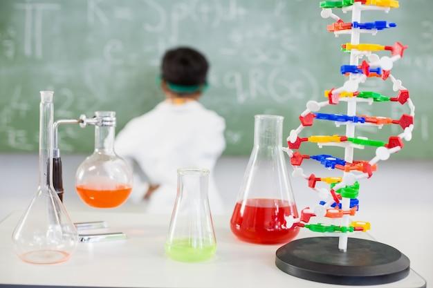 Tabela de copo e frascos de produtos químicos em laboratório Foto Premium
