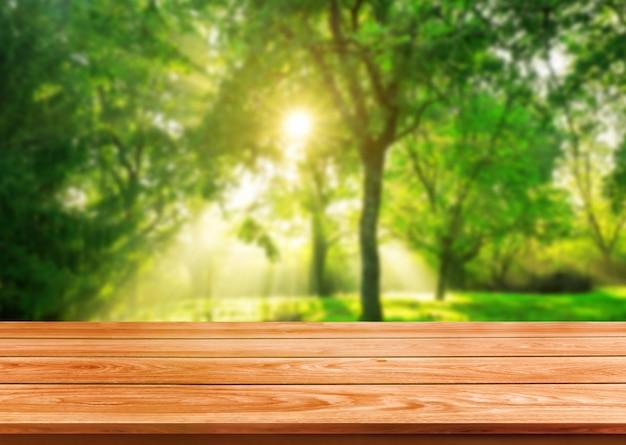 Tabela de madeira de brown no fundo verde da natureza do borrão. Foto Premium