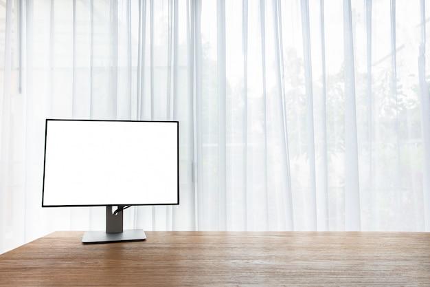 Tabela de madeira do escritório com a tela vazia no monitor na janela da cortina em casa. Foto Premium