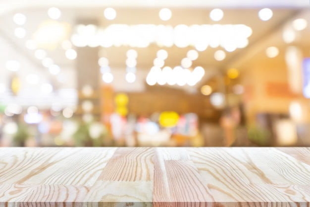Tabela de madeira vazia de perspectiva na parte superior sobre fundo de loja de café de desfoque Foto Premium