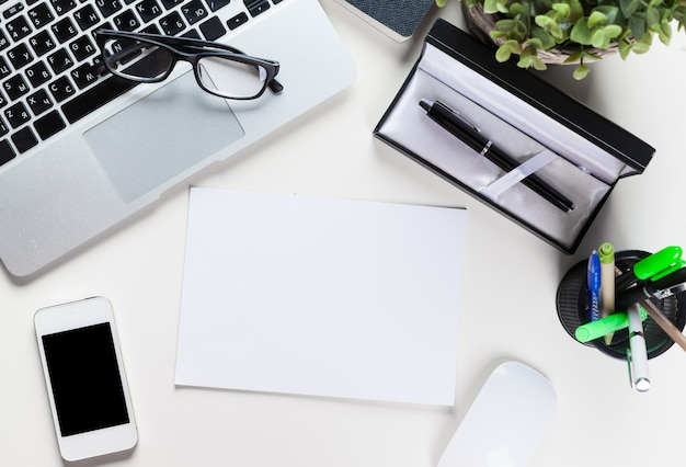 Tabela de mesa de escritório branco com um monte de coisas na vista superior Foto Premium