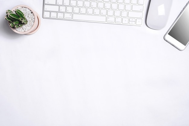 Tabela de mesa de escritório branco com um monte de coisas sobre ele. vista superior com espaço para texto Foto Premium