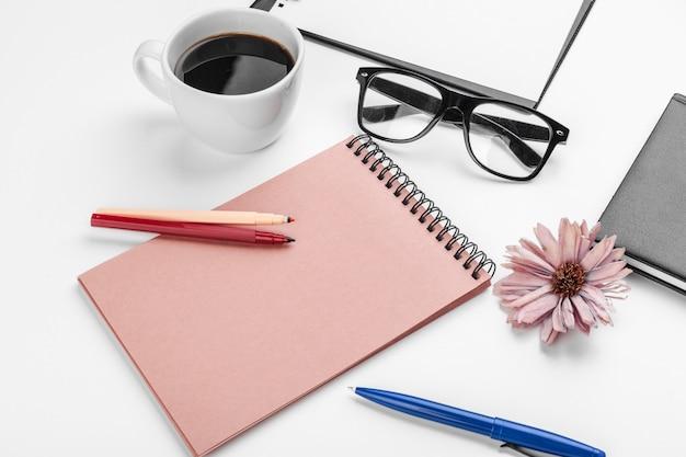 Tabela de mesa de escritório branco, negócios e conceito de educação Foto Premium