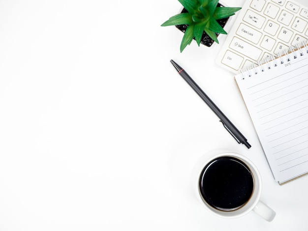 Tabela de mesa de escritório com computador de teclado, café e outros materiais de escritório Foto Premium