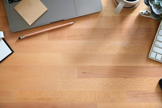 Tabela de trabalho de madeira com espaço do portátil, do café e da cópia. Foto Premium