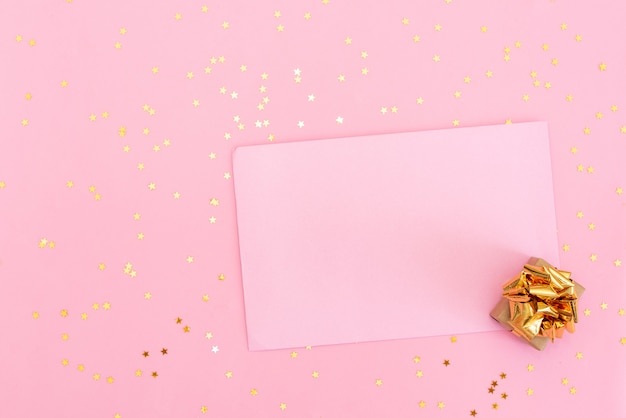 Tabela do rosa pastel com balões e confetes coloridos para a opinião superior do aniversário. estilo leigo plano. Foto Premium
