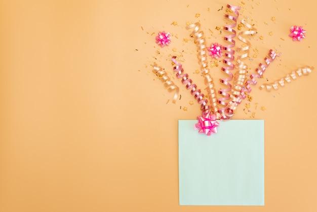 Tabela do rosa pastel com quadro dos balões e dos confetes para a opinião superior do aniversário. composição plana leiga. Foto Premium