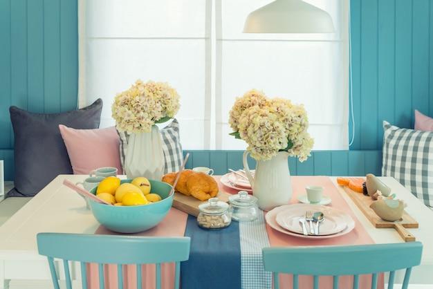 Tabela e cadeira de madeira na sala dinning do vintage em casa. tabela ajustada na mesa de jantar, design de interiores. Foto Premium