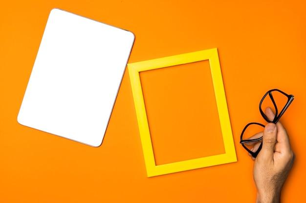 Tablet de maquete de vista superior com moldura amarela Foto gratuita