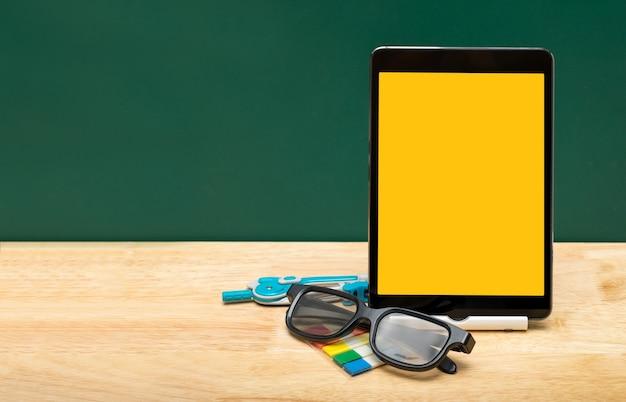 Tablet de tela amarela em branco com óculos Foto Premium