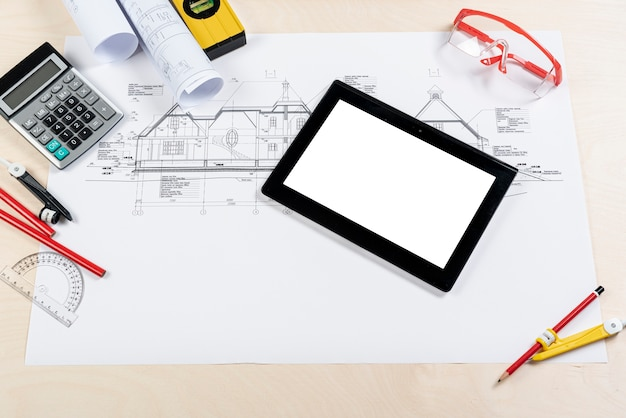Tablet de vista superior em cima do plano arquitetônico Foto gratuita