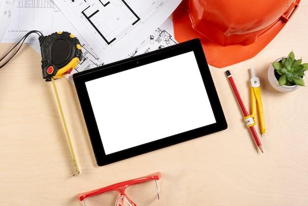 Tablet de vista superior no modelo de mesa Foto gratuita