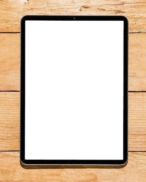 Tablet digital de tela branca na mesa de madeira Foto gratuita