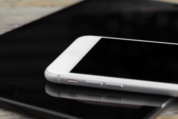 Tablet digital e smartphone na mesa Foto Premium