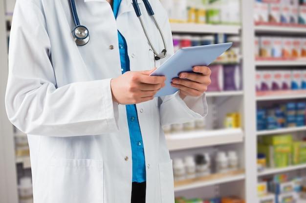Tablet droga séria farmácia touchscreen Foto gratuita