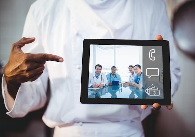 Tablet homem negro gráfico asiático Foto gratuita