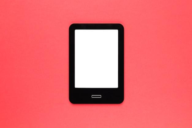 Tablet moderno preto na superfície rosa Foto gratuita