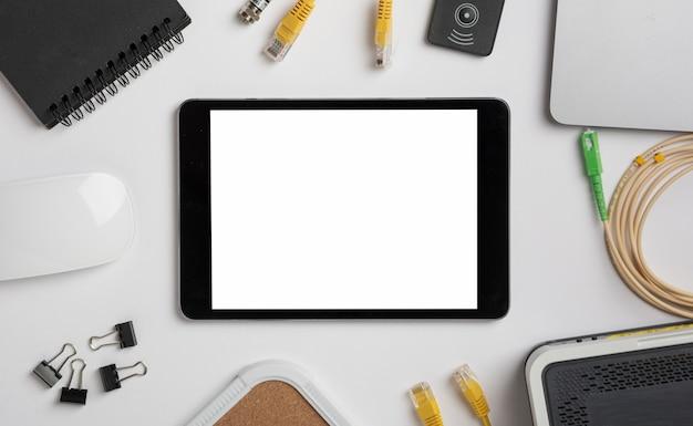 Tablet na mesa vista superior mock-up Foto gratuita