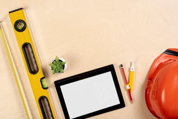 Tablet plana leigos no modelo de mesa Foto gratuita