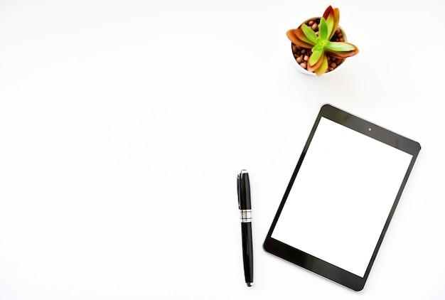Tablet, smartphone, rato e teclado da vista superior na mesa de escritório. Foto Premium