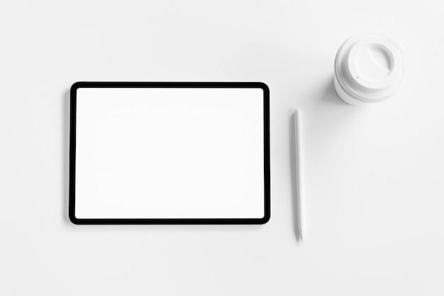 Tablet tela em branco na tabela mock até promover seus produtos. Foto Premium