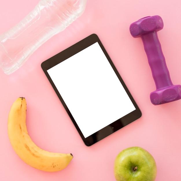 Tablet vista superior com coisas saudáveis Foto gratuita