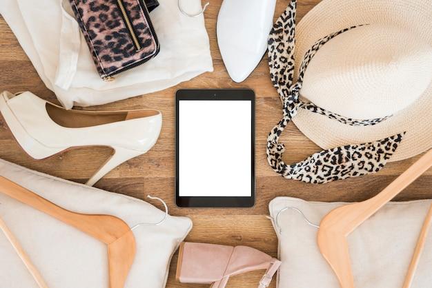 Tablet vista superior rodeado por acessórios Foto gratuita