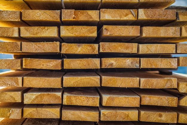 Tábuas de madeira. feixes. pilha de madeira de secagem ao ar. Foto Premium