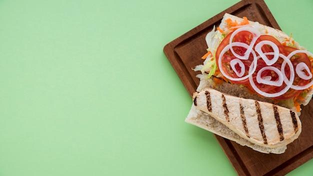 Tabuleiro com sanduíche delicioso Foto gratuita