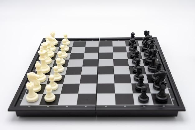Tabuleiro de xadrez com uma peça de xadrez nas costas. negociação nos negócios. Foto Premium