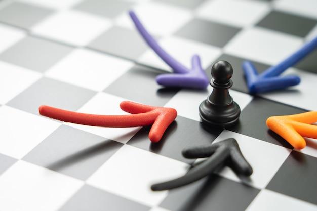 Tabuleiro de xadrez com uma peça de xadrez nas costas negociar nos negócios. Foto Premium