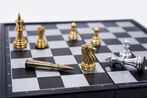 Tabuleiro de xadrez em figuras brancas, douradas e prateadas Foto Premium