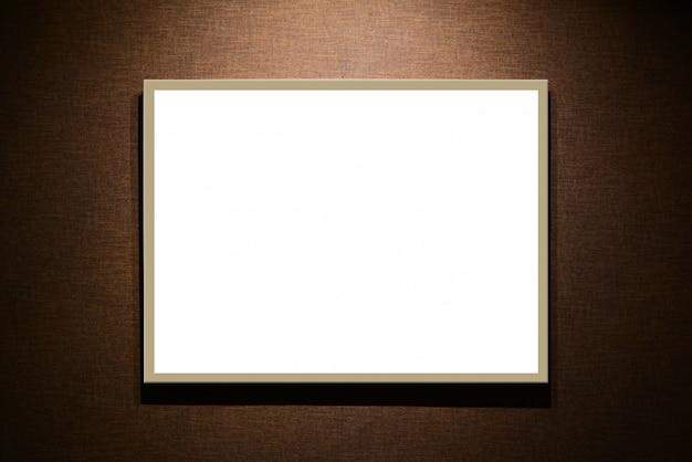 Tabuleta branca vazia no fundo marrom Foto Premium