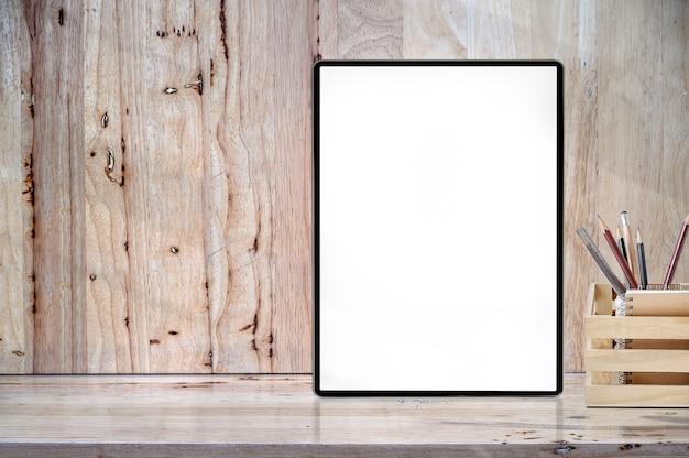 Tabuleta da tela vazia do modelo na tabela de madeira com copyspace para a exposição do produto. Foto Premium
