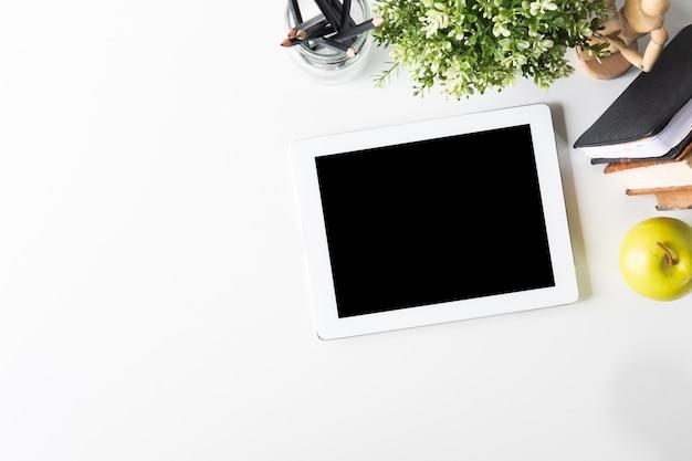 Tabuleta de maquete digital no espaço de trabalho com a tabela de vista superior. Foto Premium