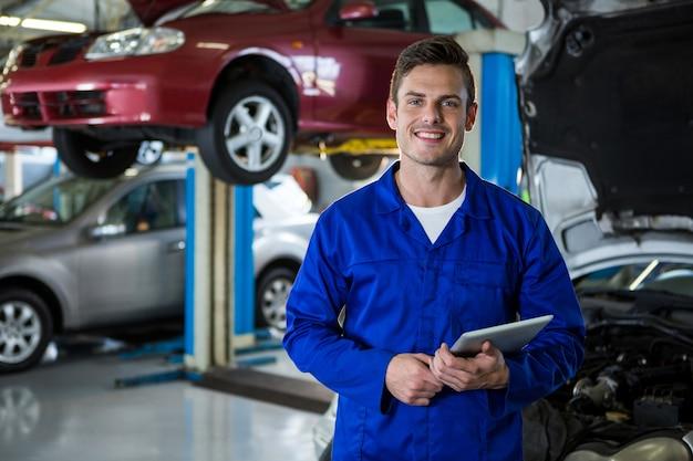 Tabuleta digital segurando mechanic Foto gratuita