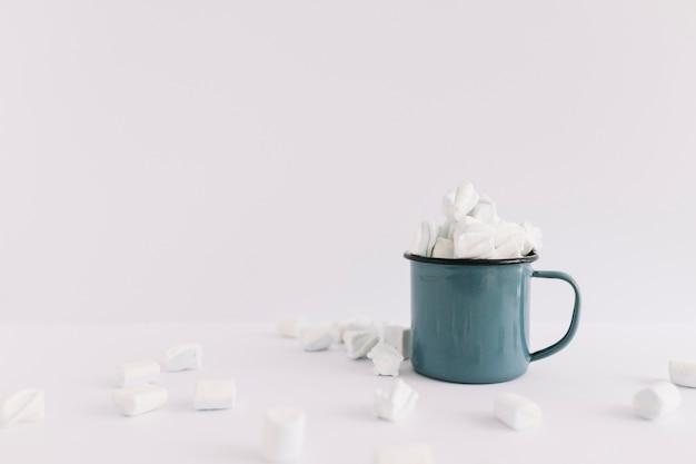 Taça azul cheia de marshmallows Foto gratuita