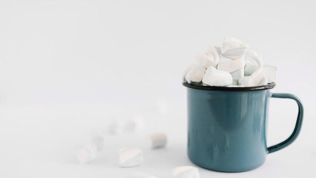 Taça azul com marshmallows macios Foto gratuita