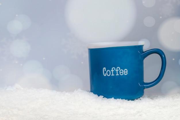 Taça azul no banco da neve Foto gratuita