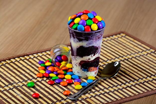 Taça de açaí congelado com cobertura de chocolate Foto Premium