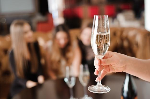 Taça de champanhe no fundo de amigos em uma festa Foto Premium